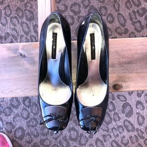 Bandolino. Black shoes w/ silver accent, sz 8 1/2M